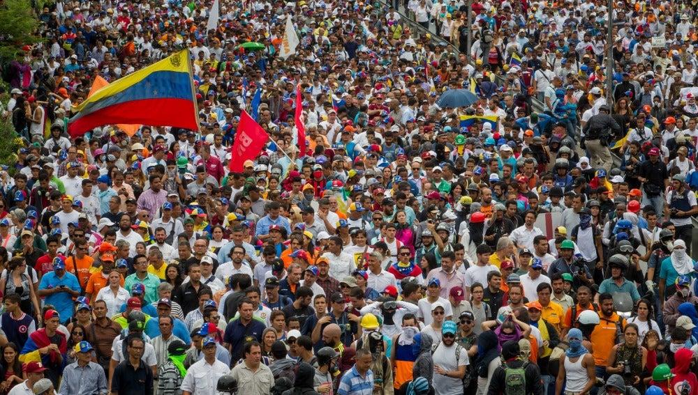 Miles de personas participan en una manifestación, este miércoles 3 de mayo de 2017, en Caracas (Venezuela)