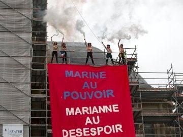 Activistas de Femen despliegan una pancarta contra Marine Le Pen