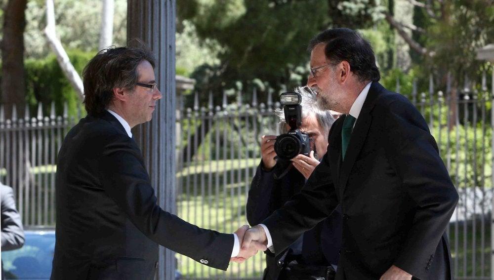 Saludo entre Rajoy y Puigdemont