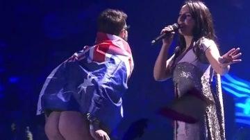 Un espontáneo enseña el trasero en plena actuación la actuación de Jamala en Eurovisión 2017