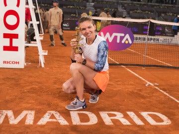 Simona Halep, con el trofeo de campeona de Mutua Madrid Open