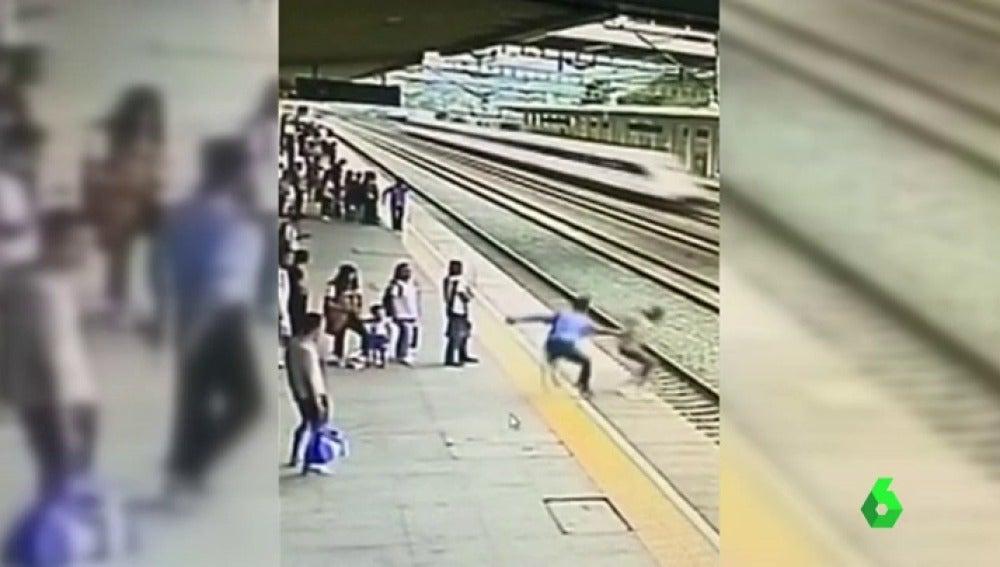Logran salvar a una mujer que quería suicidarse tirandose a las vías del tren
