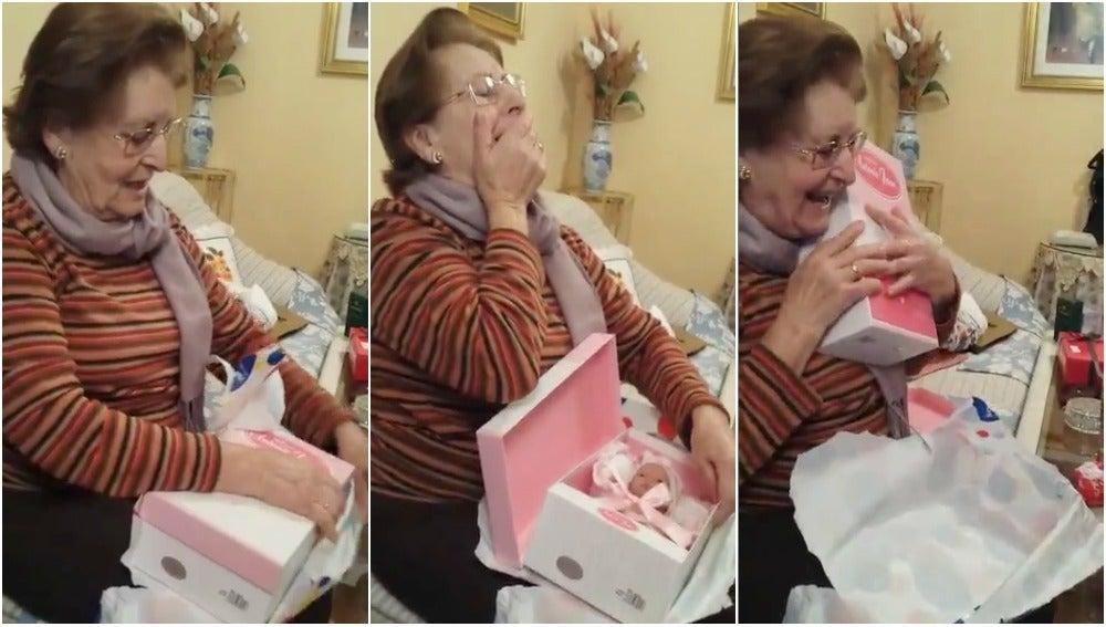 Pepa abriendo el regalo de su familia