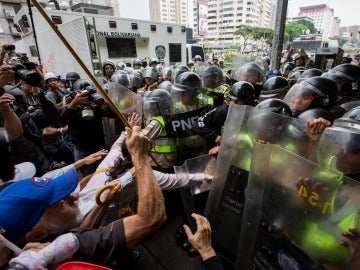 """Decenas de opositores venezolanos de la tercera edad marchando hacia la Defensoría del Pueblo en Caracas, en una movilización denominada la """"marcha de los abuelos"""""""