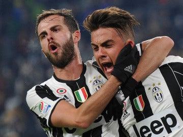 Pjanic celebra un gol junto a Dybala