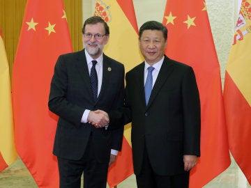 El presidente del Gobierno español, Mariano Rajoy saluda al presidente de China, Xi Jinping