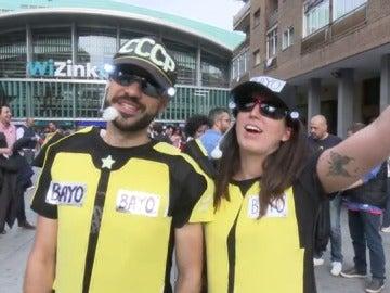 Dos fans de Chimo Bayo acuden al festival Love the 90's