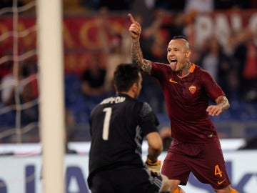Nainggolan celebra su gol con un abatido Buffon