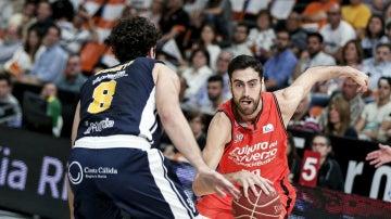 Joan Sastre, en una acción con el Valencia Basket