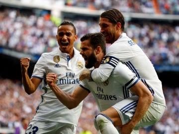Los jugadores del Real Madrid celebran el gol de Nacho contra el Sevilla