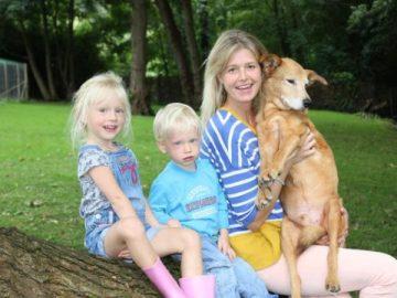 Ilse Fieldsend junto a sus dos hijos