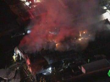 Un incendio destruye una tienda de muebles en California