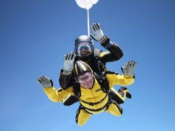 Anciano bate récord de paracaidismo