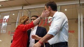 Susana Díaz y Pedro Sánchez se saludan a su llegada a Ferraz