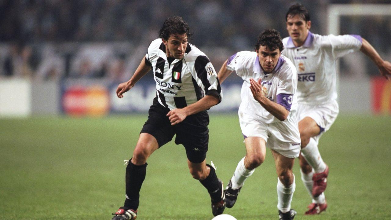 Del Piero avanza con el balón ante la defensa de Sanchís