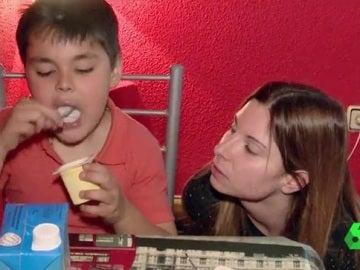 Mónica y su hijo Ángel, con parálisis cerebral