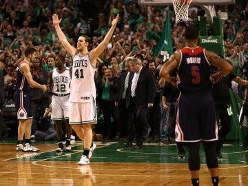Kelly Olynyk celebra la victoria ante los Wizards
