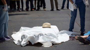 Peritos forenses recogen información en el lugar en el que fue asesinado el periodista y escritor mexicano Javier Valdez Cárdenas