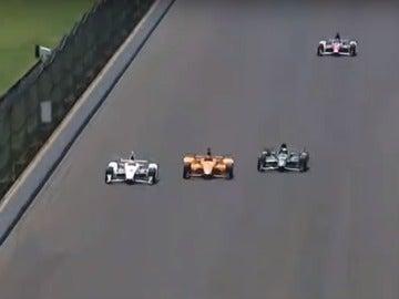 Espectacular adelantamiento de Alonso en Indianápolis