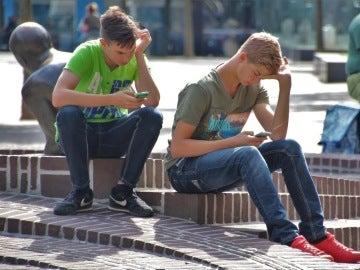 Imagen de archivo de dos adolescentes con su teléfono móvil