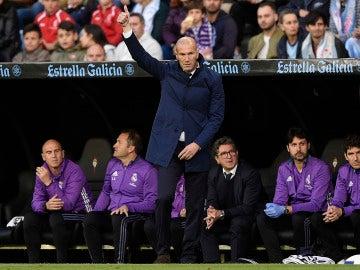 Zinedine Zidane levanta el pulgar desde la banda
