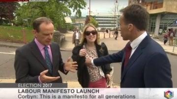 Un reportero de la BBC toca los pechos a una espontánea
