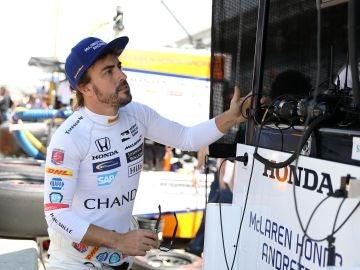 Fernando Alonso estudia una serie de datos en una pantalla en Indianápolis