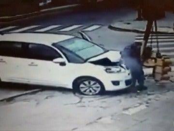 Frame 10.797915 de: Un joven argentino consigue salir ileso tras un brutal atropello en Buenos Aires