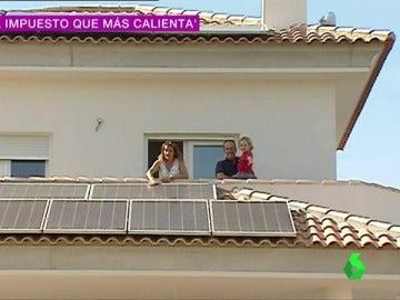 Una casa con placas solares para generar electricidad