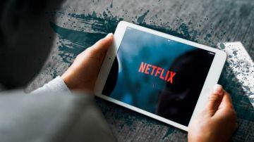 Una persona ve Netflix en su tableta
