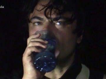Miguel bebe agua de mar