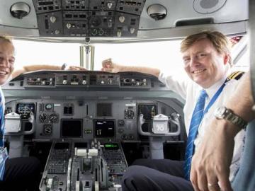 Rey Guillermo de Holanda, en la cabina de un avión