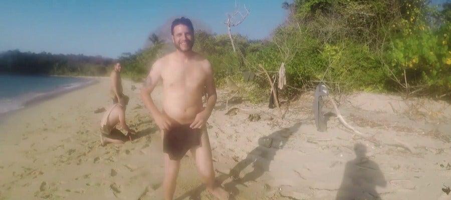 Hombre desnudo entra a casa en Georgia para lavar su