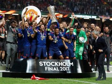 Rooney levanta el trofeo de la Europa League
