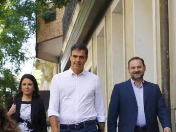 Pedro Sánchez acompañado por los diputados Adriana Lastra y José Luis Ábalos