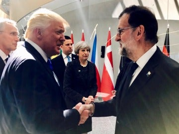 Mariano Rajoy y Donald Trump, en su primer encuentro durante la cumbre de la OTAN
