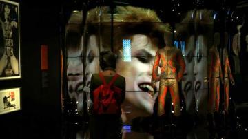 Una mujer observa la exposición 'David Bowie is'