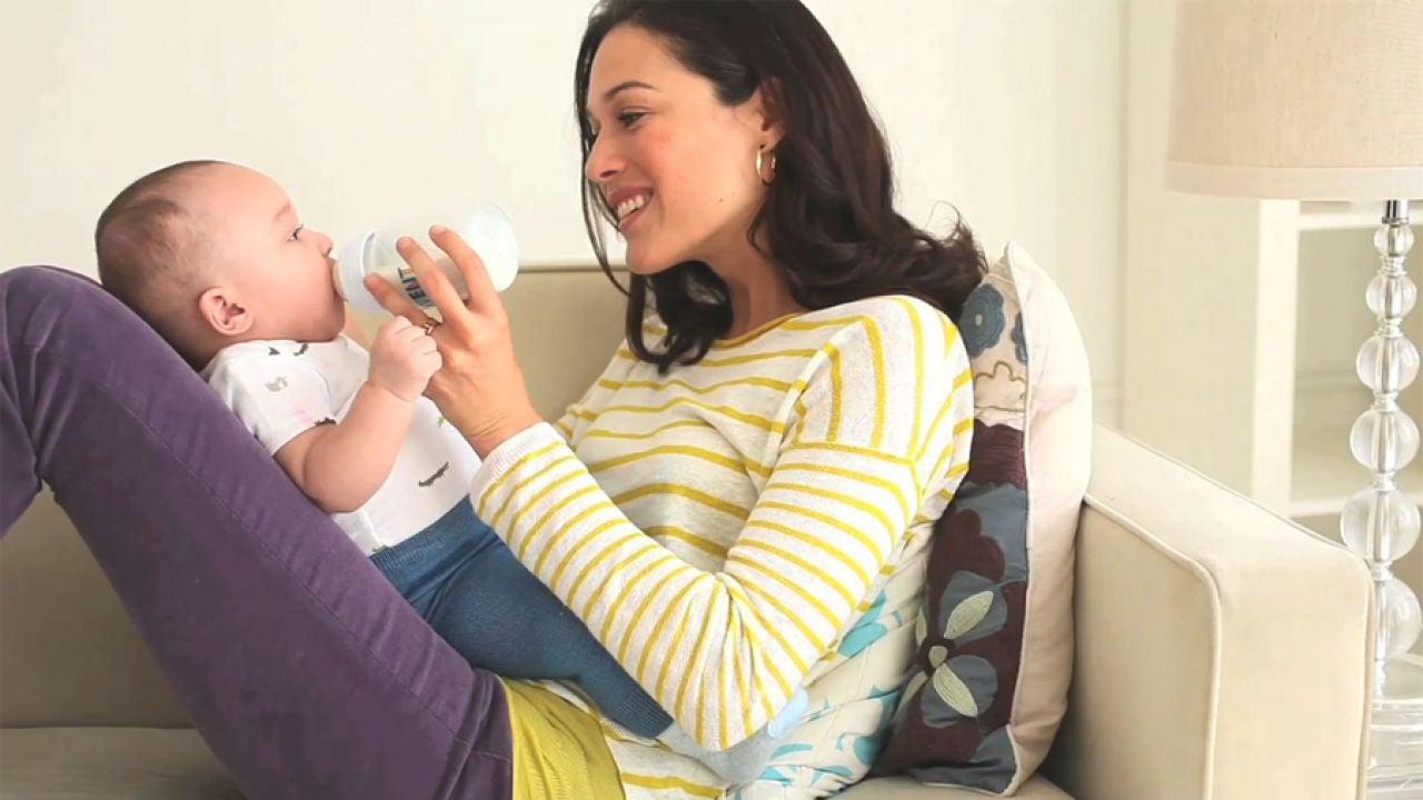 Mujer dándole el biberón a su bebé
