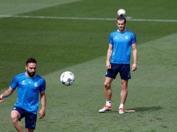 Bale observa a Carvajal durante un entrenamiento del Real Madrid