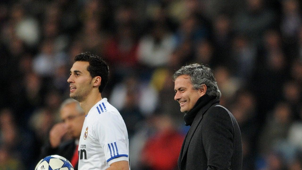 Arbeloa, junto a Jose Mourinho en la banda del Bernabéu