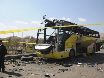 La policía junto a un autobús que sufrió un atentado en Egipto en 2014