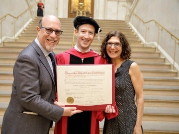 Mark Zuckerberg se gradúa en Harvard