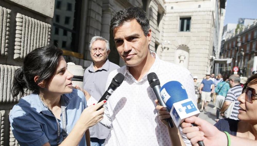 Pedro Sánchez llega al Congreso para reunirse con la dirección de su partido