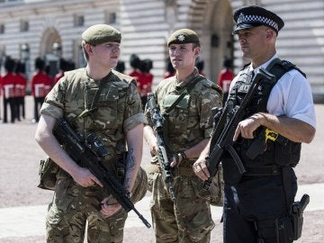 Agentes y militares de Reino Unido patrullando las calles