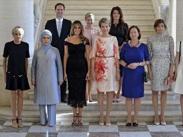 Gauthier Destenay, en la segunda fila, junto con las primeras damas en la cumbre de la OTAN en Bruselas