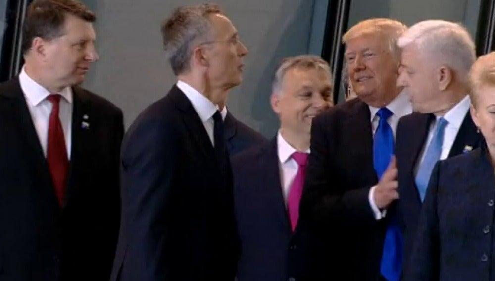 rump aparta de un manotazo al primer ministro de Montenegro para estar en primer plano