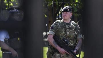 Un soldado hace guardia ante el edificio del Parlamento en Londres, Reino Unido