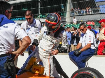 Fernando Alonso se sube a su monoplaza en Indianápolis