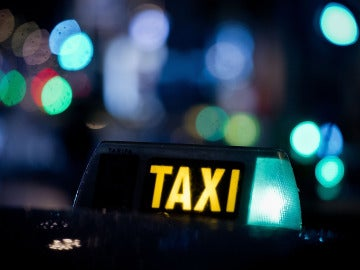 Un taxi circula por la noche de Madrid