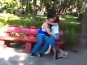 La pareja sorprendida por el padre de la novia del chico